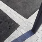 Détail-pavage-et-chaînettes-pierre-naturelle-et-enrobés-noirs-ARZAL